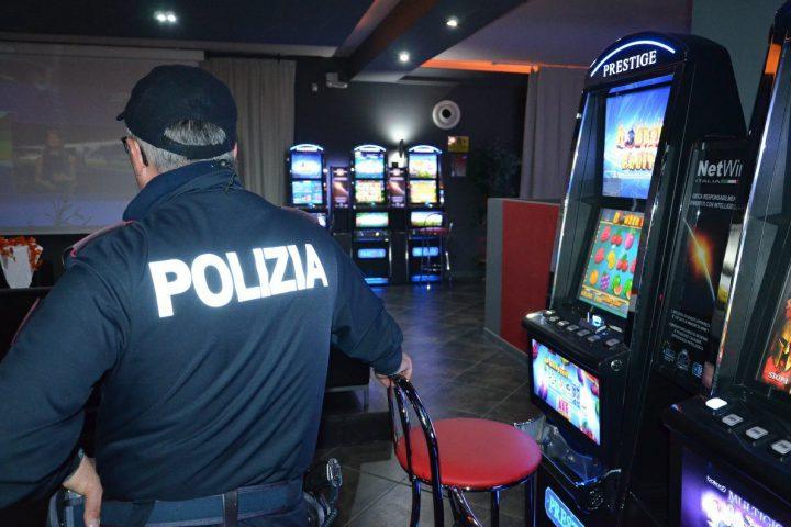 Sala Giochi Torino : Donna armata di pistola rapina sala giochi u nuovo arresto in